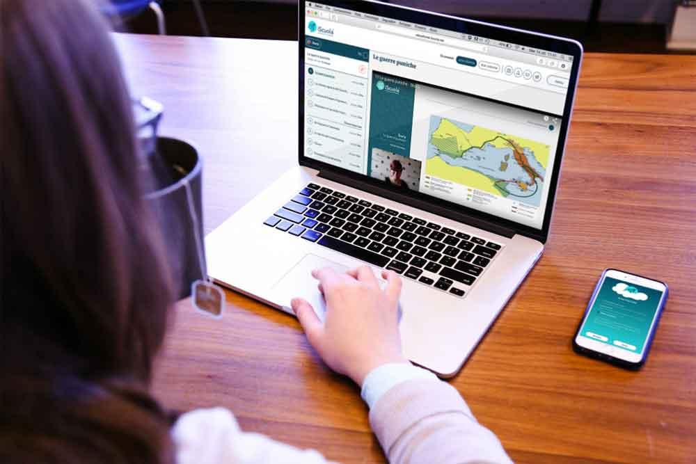 ragazza usa un laptop per studiare a scuola