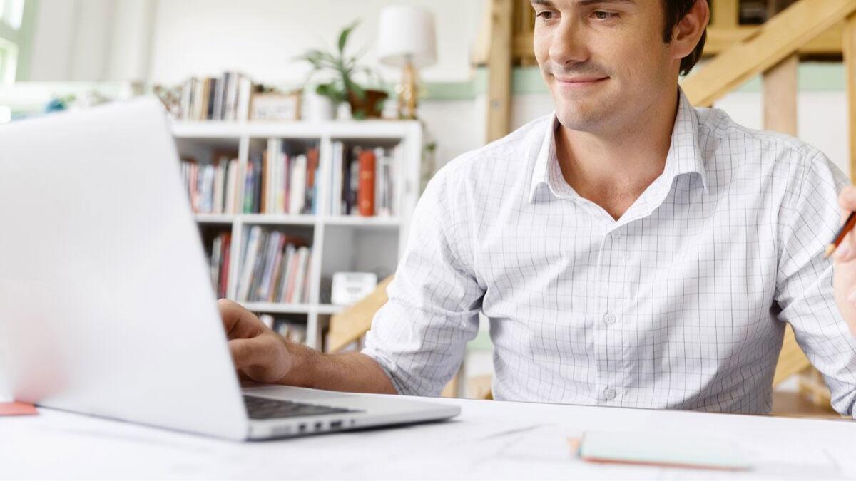 Studente universitario usa computer ricondizionato globalbit per prepararsi allo studio