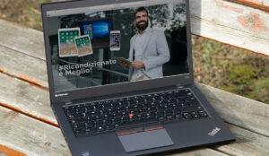 Ultrabook Lenovo T450S appoggiato su una panchina