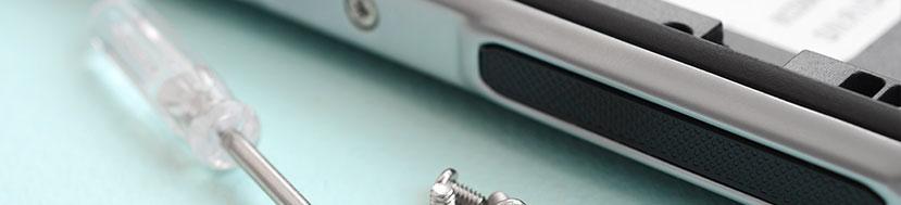 smartphone smontato con viti e cacciavite